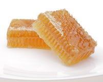 Honingraat op witte plaat stock fotografie