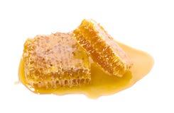 Honingraatstuk Honingsplak op witte achtergrond wordt ge?soleerd die stock afbeelding