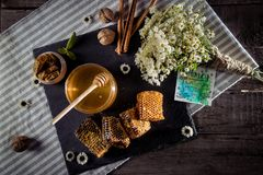 Honingraten met bloemen en kaart Stock Afbeelding