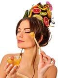 Honings gezichtsmasker met verse vruchten en honingraten voor haar Royalty-vrije Stock Foto's