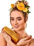 Honings gezichtsmasker met verse vruchten en honingraten voor haar Stock Fotografie