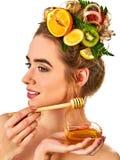 Honings gezichtsmasker met verse vruchten en honingraten voor haar Royalty-vrije Stock Fotografie