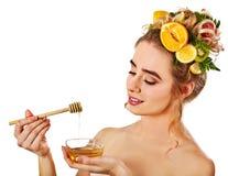 Honings gezichtsmasker met verse vruchten en honingraten voor haar Royalty-vrije Stock Afbeelding