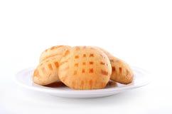 Honingscakes op plaat die op wit wordt geïsoleerd Royalty-vrije Stock Afbeelding