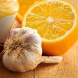 Honingsknoflook en citroen op houten rustieke lijst Stock Afbeelding