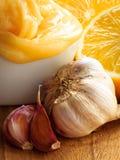 Honingsknoflook en citroen op houten rustieke lijst Stock Fotografie