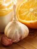 Honingsknoflook en citroen op houten rustieke lijst Royalty-vrije Stock Afbeelding
