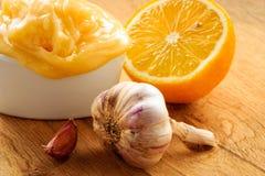 Honingsknoflook en citroen op houten rustieke lijst Royalty-vrije Stock Foto