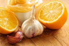 Honingsknoflook en citroen op houten rustieke lijst Stock Afbeeldingen