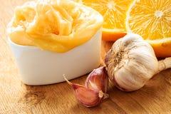 Honingsknoflook en citroen op houten rustieke lijst Royalty-vrije Stock Fotografie