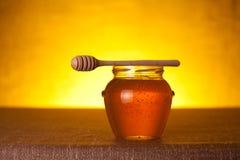 Honingskruik met dipper stock afbeeldingen