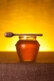 Honingskruik met dipper royalty-vrije stock afbeeldingen