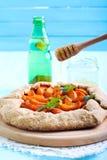 Honingsmotregen over abrikozenpastei Stock Foto's