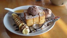 Honingstoost met chocoladeroomijs Stock Foto
