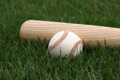 Honkbal & Knuppel op het Gras Stock Foto