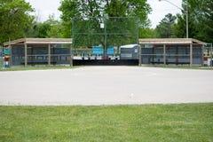 Honkbal die aan huisplaat kijken stock afbeelding