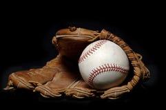 Honkbal en Handschoen op zwarte Stock Foto's
