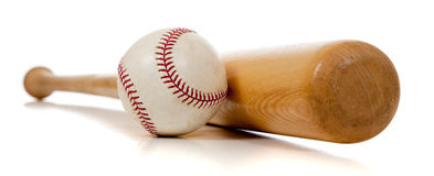 Honkbal en houten knuppel op wit Stock Fotografie