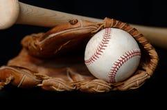 Honkbal en Knuppel en Handschoen op zwarte Stock Foto's