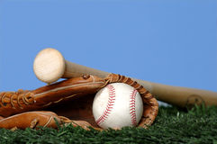Honkbal en Knuppel op gras Stock Afbeeldingen