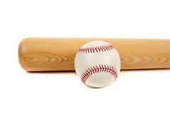 Honkbal en knuppel op wit Royalty-vrije Stock Foto's