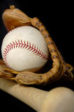 Honkbal en Knuppel op zwarte Royalty-vrije Stock Fotografie