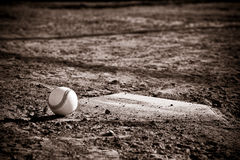Honkbal Homeplate met honkbal op het stock fotografie