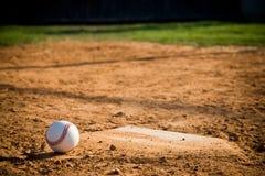 Honkbal Homeplate met honkbal op het stock foto
