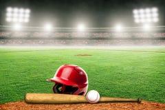 Honkbal, Knuppel en Helm op Gebied in Openluchtstadion met Exemplaarruimte royalty-vrije stock afbeelding