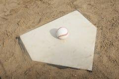 Honkbal op de Plaat van het Huis Stock Afbeelding