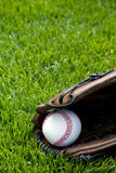 Honkbal op gebied Stock Afbeeldingen