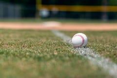 Honkbal op vuile lijnachtergrond stock afbeeldingen