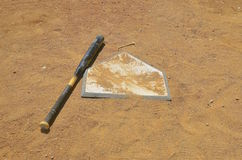 Honkbal verlaten knuppel op huisplaat Royalty-vrije Stock Fotografie