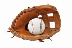 Honkbalbal in handschoen op witte achtergrond. Royalty-vrije Stock Foto's