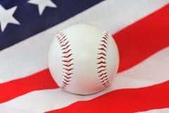 Honkbalbal op achtergrond van de Amerikaanse vlag, close-up. stock fotografie