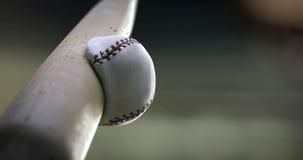 Honkbalknuppel die bal, super langzame motie raken stock footage