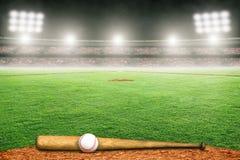 Honkbalknuppel en Bal op Gebied in Openluchtstadion met Exemplaarruimte stock fotografie