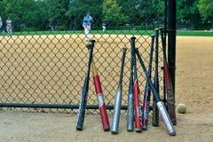 Honkbalknuppels en spelers stock foto