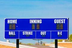 Honkbalscorebord met blauwe hemel Stock Afbeeldingen
