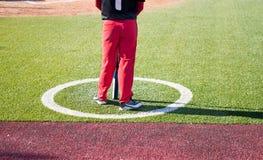 Honkbalspeler op een honkbalgelijke stock foto's