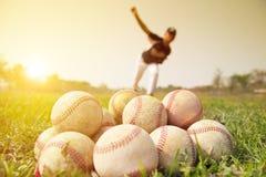 Honkbalspelers die aan praktijk buiten werpen Royalty-vrije Stock Foto's