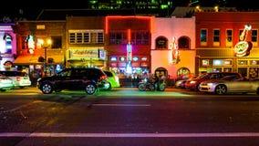 HonkyTonk stänger och uteliv på den Broadway gatan i Nashville, T Royaltyfria Bilder