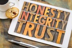 Honnêteté, intégrité, abrégé sur mot de confiance dans le type en bois photos stock