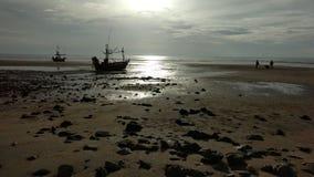 Honnörfiskebåt på solnedgången Royaltyfria Bilder