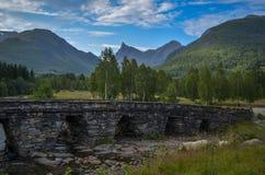 Honndalsrokken och Honndøla bru, Hornindal, Norge Arkivfoton