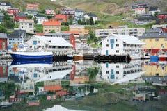 Honningsvaghaven - gekleurde die huizen en boten in het water worden weerspiegeld Stock Afbeelding