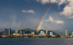 honolulu над радугой стоковое фото rf