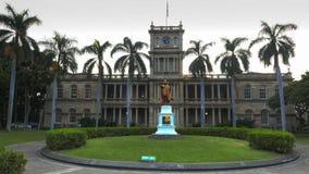HONOLULU AMERIKAS FÖRENTA STATER - JANUARI 15 2015: aliiolanien instämmer byggnad i honolulu och konungkamahamehastatyn royaltyfria foton