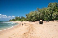 HONOLULU, Etats-Unis - AOÛT, 14 2014 - les gens ayant l'amusement à la plage d'Hawaï Images stock