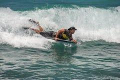 HONOLULU, Etats-Unis - AOÛT, 14 2014 - les gens ayant l'amusement à la plage d'Hawaï Photos stock
